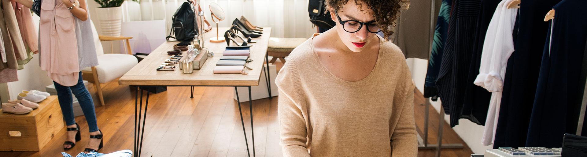 mulher trabalhando em loja de roupas