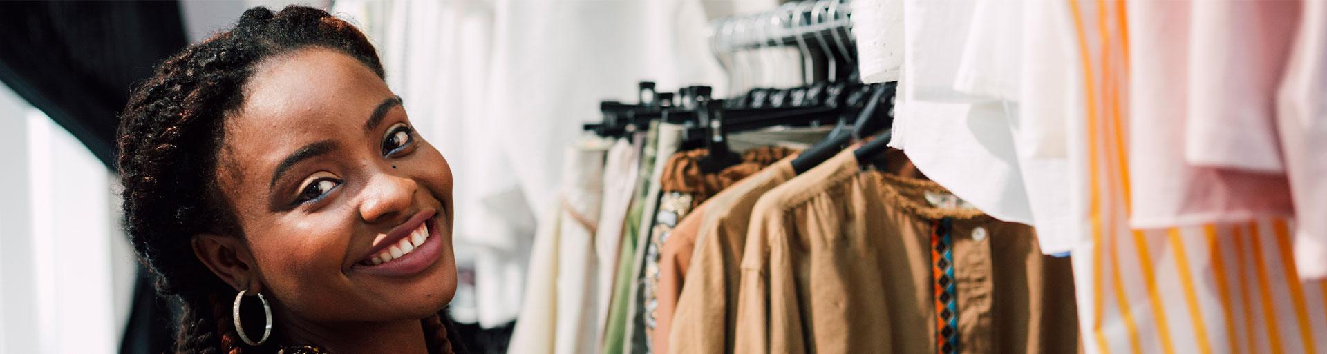 mulher negra em primeiro plano em uma loja de roupas